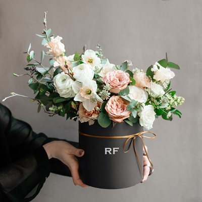 Flowers in a hatbox delivery Petersburg