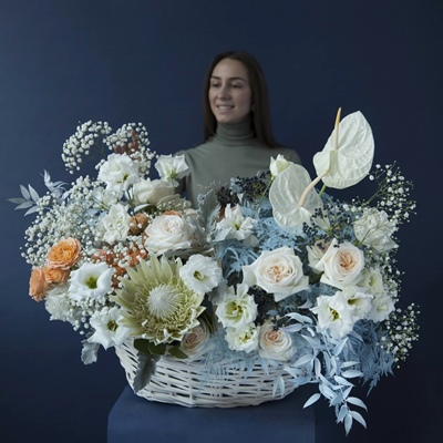 Flower basket delivery in Moscow