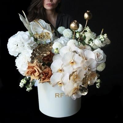 Цветы в коробке для России Москва